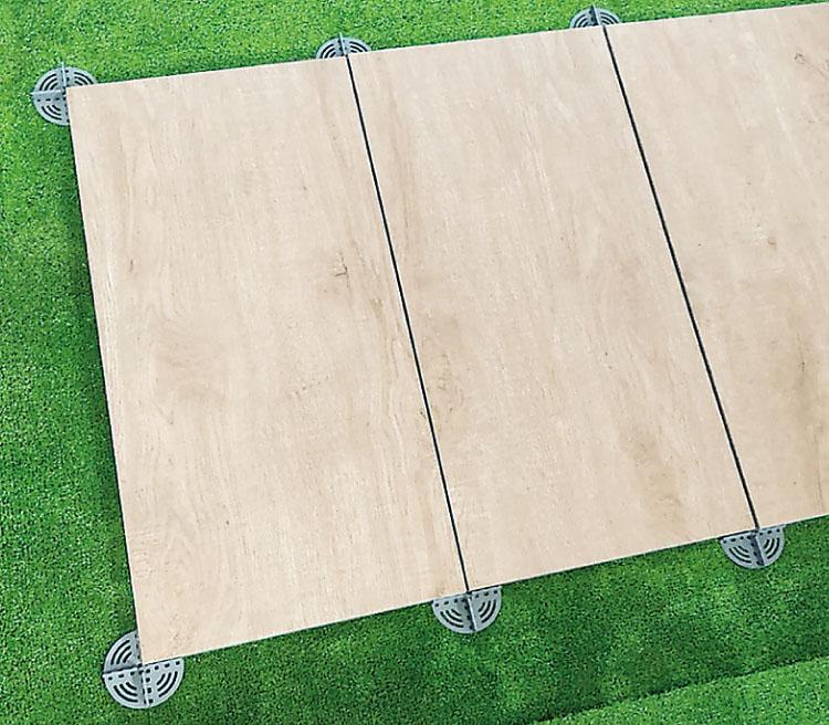 ウッドデッキタイル20mm 施工例 芝生に直置き